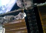 太陽電池パネルを折り畳む作業中の宇宙飛行士