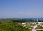 ケープカナベラル空軍基地からアトラスVロケットと対岸のシャトル「エンデバー」