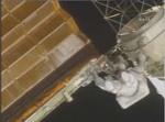 太陽電池パネルを揺さぶる宇宙飛行士01